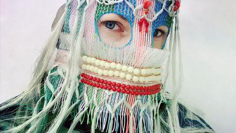 Uutan 2018. Maskene til Damselfrau er blitt omfanget av populærkulturen. Kunstneren googler seg frem til navnet på hver maske før hun tar selvportrett iført kunstverket.