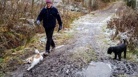 Paal Jerven (61) har nylig bundet renten på lånet han har i Den Danske Bank. Nå skal han ha en fast rent på 2,95 prosent i fem år. Her går han tur med døtrenes hunder, den sorte Snauzeren Embla og den lille Jack Russelen Max.