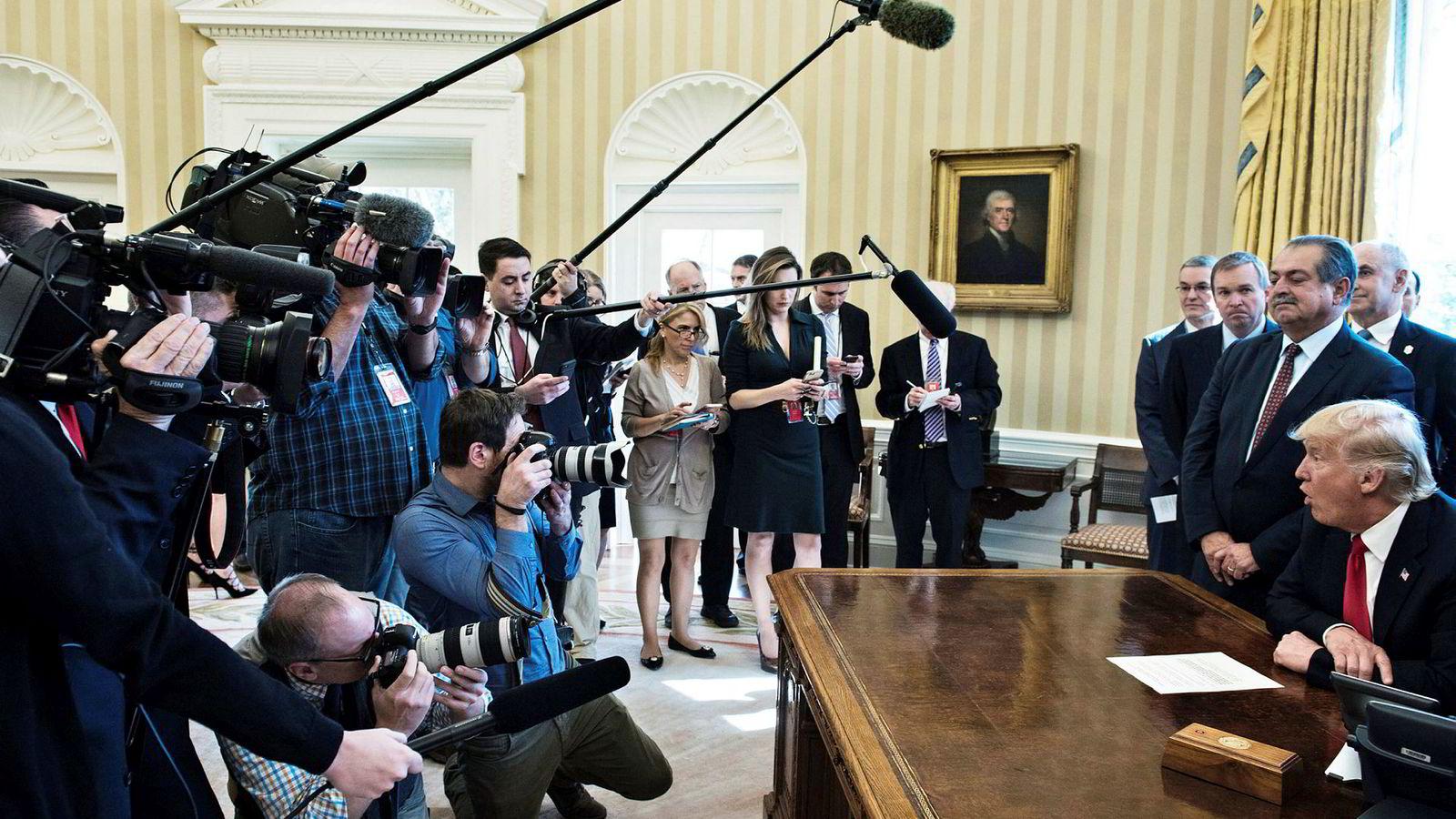 President Donald Trump er krass i kritikken av CNN. Samtidig skal han avgjøre om AT&T får kjøpe Time Warner, som blant annet eier tv-selskapet. Her fra en pressekonferanse i Det hvite hus.