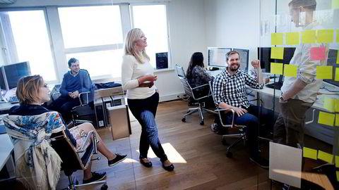 Sidsel Lindsø (stående) startet Explocrowd i fjor sommer. Nå har hun sikret jobb til syv ansatte. Fra venstre Anastasiia Titova, Gustavo Lopes, Hege Fløgstad, Sveinung Hatløy og Jostein Bjerkan i lokalene i Stavanger.