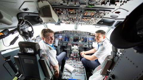 SAS-kaptein Dagfinn Andersen (fra venstre) er glad for flere unge kolleger i cockpiten og flyr til Stockholm med 27-årige David Røttingen. De neste årene skal selskapet ansette inntil 100 nye piloter årlig og det senker kostnadene.