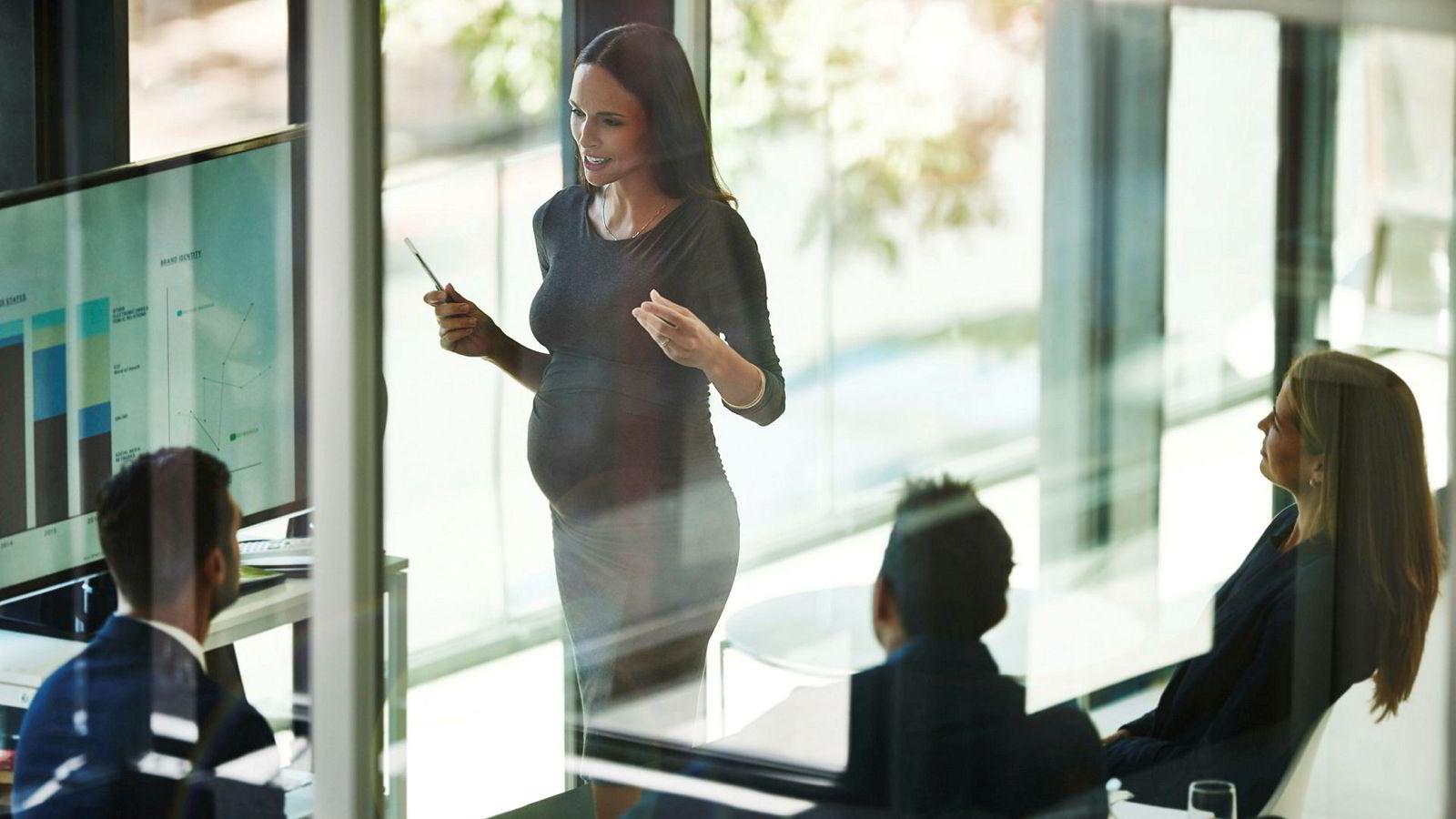 En kvinne i lederstilling kom tilbake fra fødselspermisjon, til ny sjef og degradert stilling. Likestillings- og diskrimineringsombudet får mange slike saker på sitt bord.