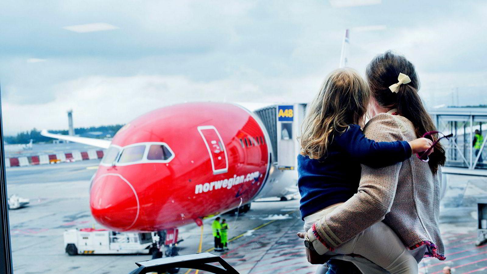 Et av Norwegians langdistansefly, Boeing 787 Dreamliner, på Oslo Lufthavn Gardermoen. Veksten til selskapet avtar, men inntektsnivået er omtrent uendret i høysesongen, sammenlignet med i fjor.
