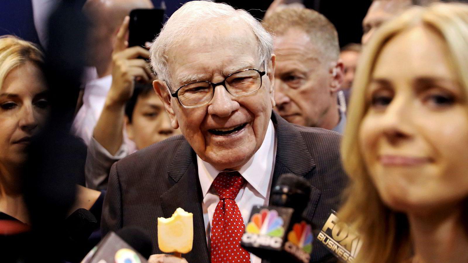 Viktig å lære barn tidlig hvordan de skal håndtere penger, mener mangemilliardær Warren Buffett. På bildet nyter han en is under årets generalforsamling i Berkshire Hathaway i mai.