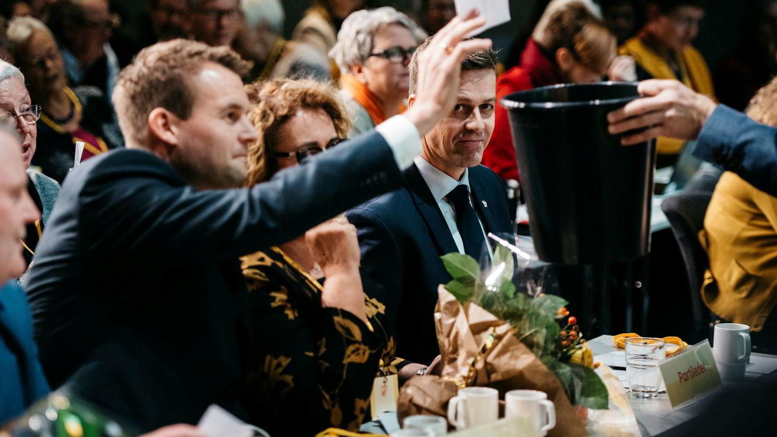 Kjell Ingolf Ropstad avlegger sin stemme om partiets fremtid. Mellom ham og partileder Knut Arild Hareide sitter Olaug Bollestad.