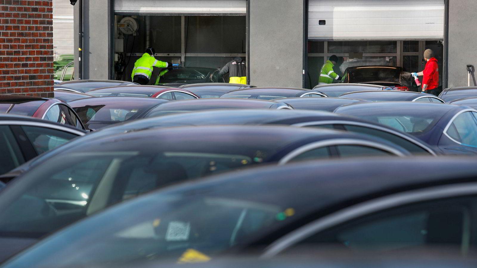 Ved Tesla i Drammen klargjøres Model 3 for levering til kunder.