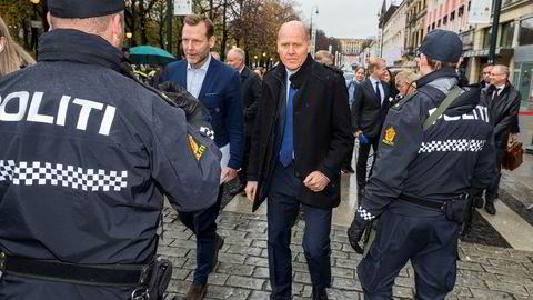 Konsernsjef Johan Dennelind i Telia og Telenors toppsjef Sigve Brekke ble stoppet ved politisperringer utenfor Grand Hotel, men slapp forbi etter å ha forklart at de var på vei for å møte statsminister Erna Solberg på hotellet.