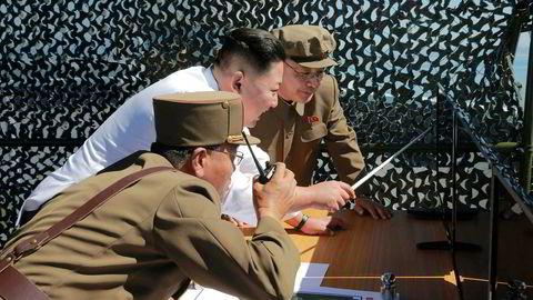 Nord-Korea med leder Kim Jung un har avfyrt to kortdistanse-missiler.