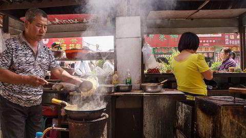 For hvor man enn går i en kinesisk by er man omringet av restauranter og flyttbare traller som selger alt fra kinesiske pannekaker og lammespyd til dumplings, friterte boller og en uendelig rekke med andre retter. Her fra Pingyao i Shanxi-provinsen. Foto: Privat