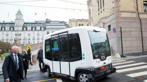 Selvkjørende busser kan snart bli en daglig realitet i Oslos gater. Her fraktes statsminister Erna Solberg (H) og leder i Arbeiderpartiet Jonas Gahr Støre i en selvkjørende buss til IKT-Norges årskonferanse i Oslo tidligere i år.