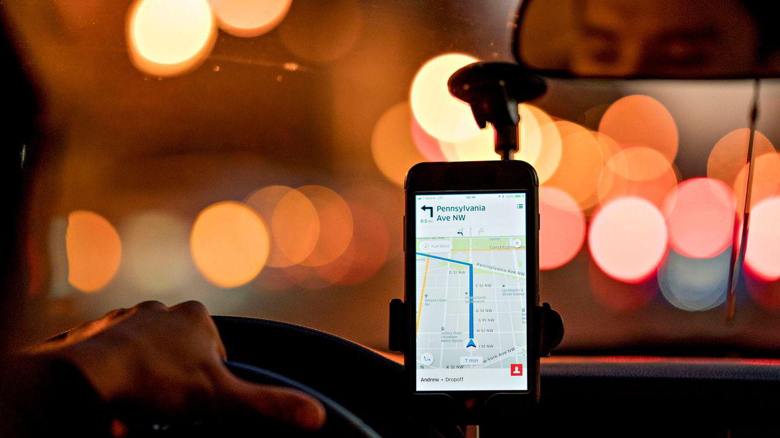 Regjeringen ønsker taxi-utfordreren Uber velkommen tilbake til Norge. Her bruker en Uber-sjåfør i USA selskapets app.