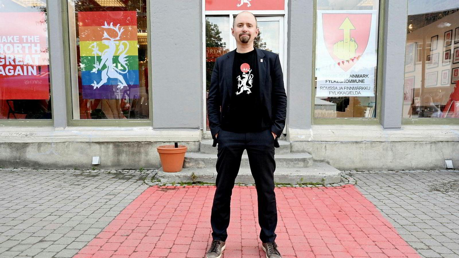 Kunstner Asmund Sveen arrangerer bussturer for å vise hvordan de rikeste bor
