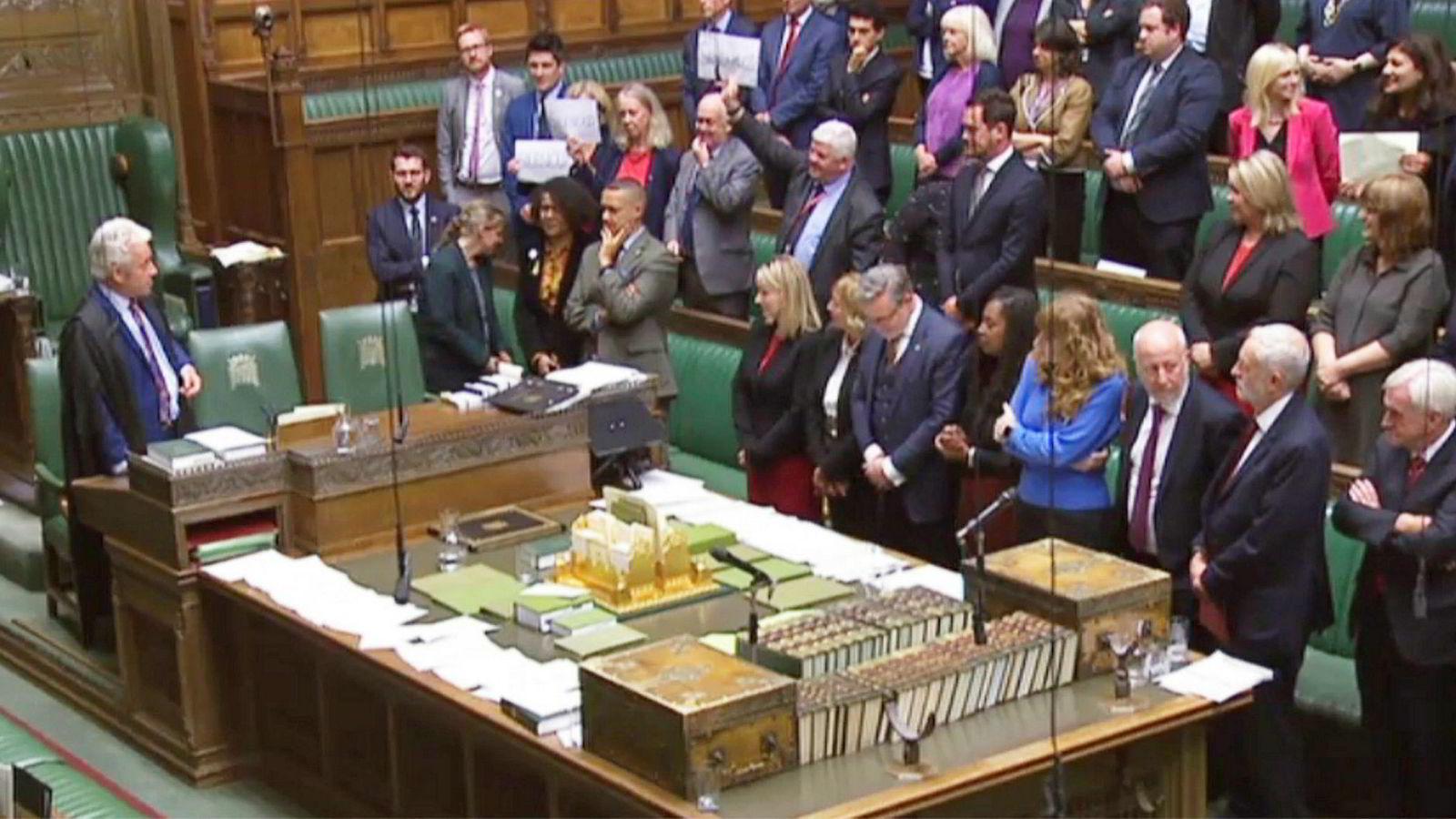 Kaotisk avskjed. Klokken to om morgenen tirsdag morgen stengte Parlamentet for ufrivillig fem ukers ferie, til heftige protester fra folkevalgte som mener statsministeren stenger ned demokratiet