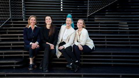 Kursdeltagerne (fra venstre) Birgitte Feginn Angelil, administrerende direktør i Creuna Norge, Caroline Halmrast, advokat og eiendomsforvalter i Spabo Eiendom og Charlotte Aschim, ingeniør og grunnlegger av TotalCtrl lærer mer om investering i aksjer og oppstartsselskaper gjennom She Invests. Her med prosjektleder Jeanette Grendahl i She community (til høyre).