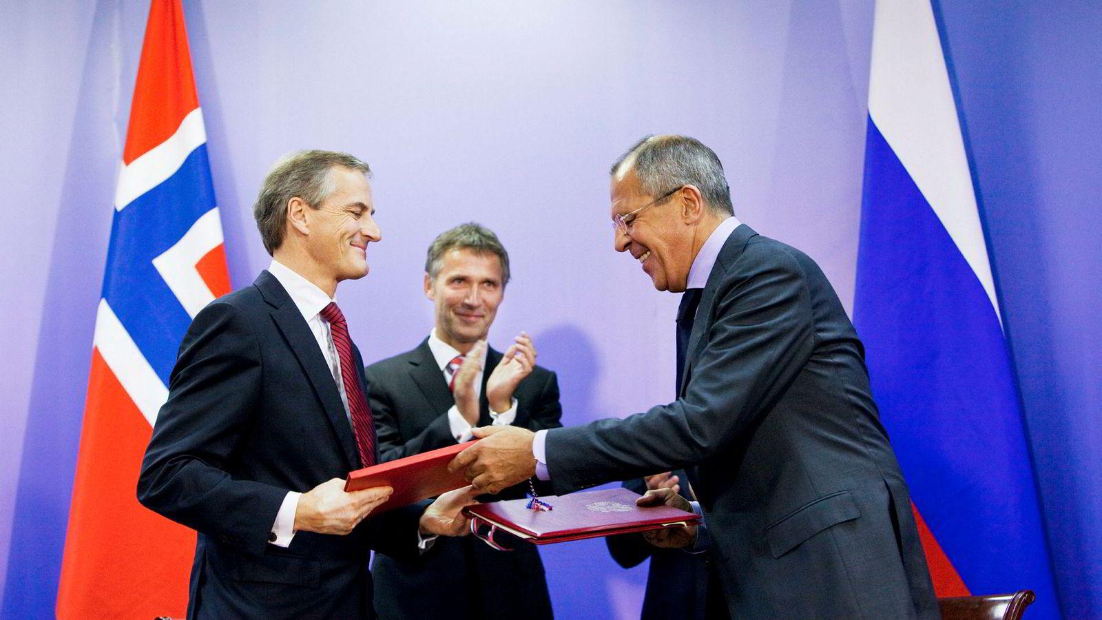 Tidligere statsminister Jens Stoltenberg tok med seg sin tjenestetelefon til Russland i 2010. Her er han bak daværende utenriksminister Jonas Gahr Støre og Russlands utenriksminister Sergej Lavrov under turen til Murmansk.