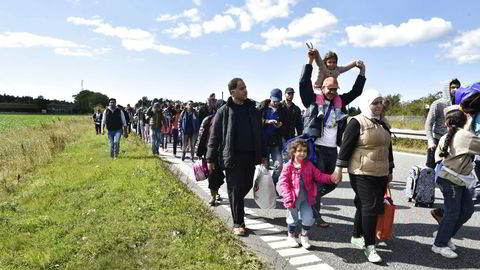 Flyktninger på motorveien nord for Rødby i Danmark med mål om å kommme til Sverige for å søke asyl der, september, 2015. Foto: Bax Lindhardt/Scanpix Danmark/AFP Photo/NTB scanpix