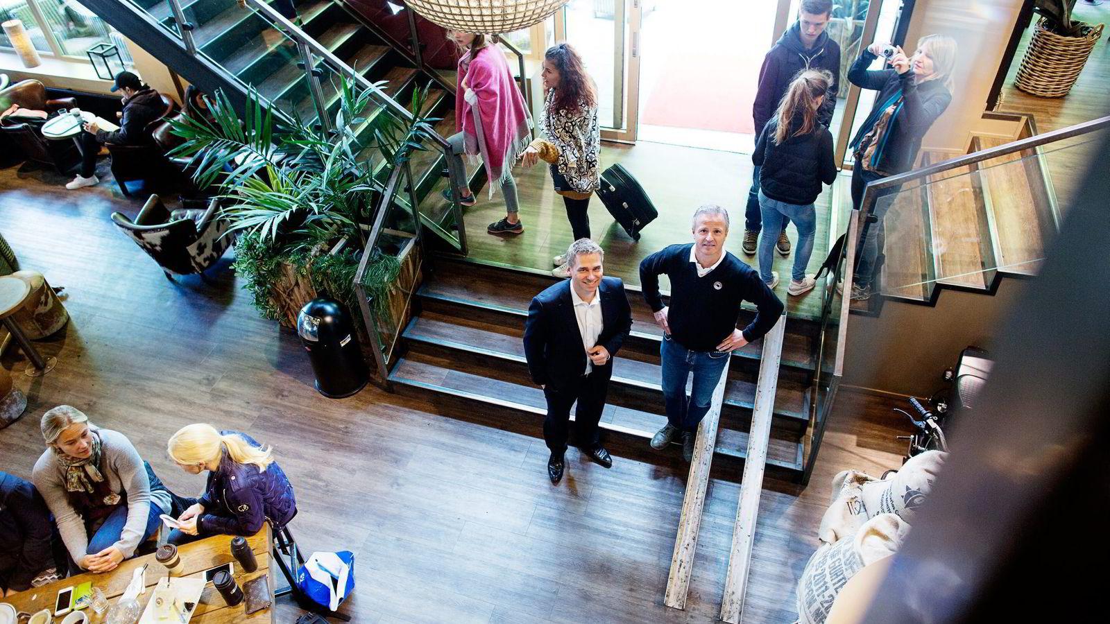 Sverre Flåskjer (til venstre) leder i oppkjøpsfondet Herkules og Adriano Capoferro, sjefen i Espresso house i en av kjedens største kafeeri Oslo sentrum.                Begge foto: