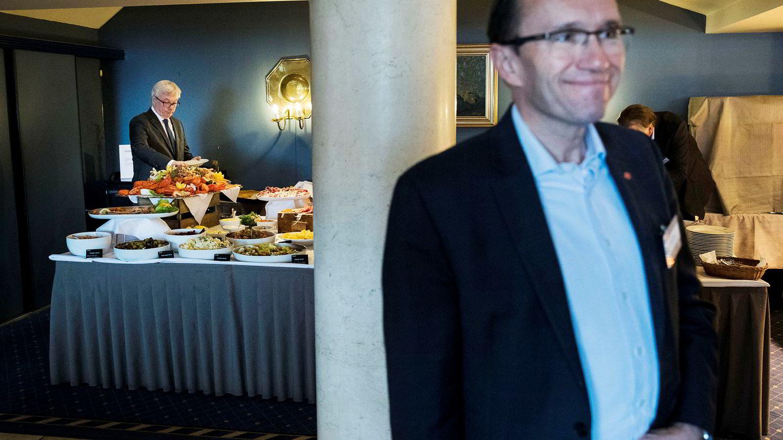 – Dette var svært overraskende. Det er i strid med det Ap har sagt, og sår alvorlig usikkerhet, sier administrerende direktør Karl Eirik Schjøtt-Pedersen i Norsk olje og gass. Her forsyner han seg under en pause på oljekonferansen i Sandefjord 2017. Espen Barth Eide i forgrunnen.