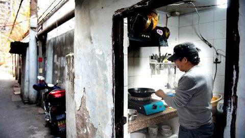 Familiefaren Li lager middag i et skur og nekter å gi opp kampen mot myndigheter og utbyggere i Shanghai, som vil ta over området.Skyggebankene i Kina er den største kilden til finansiering av boliger i de store byene og gjør nye tomteområder spesielt attraktive.