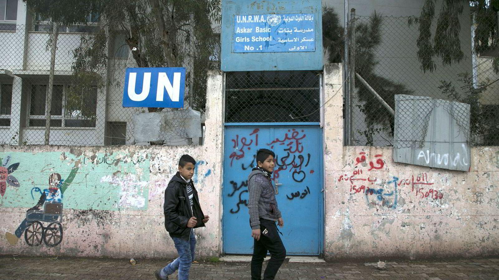 Israel og FN har hatt et komplisert forhold i 70 år, skriver artikkelforfatteren. I Askar-flyktningleieren på Vestbredden driver FN en skole for palestinske flyktninger.