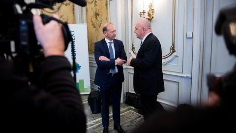 Euronext-sjef Stéphane Boujnah, til høyre, høynet budet på Oslo Børs til 158 kroner per aksje. Her i samtale med Jarle Roth, konsernsjef i Arendals Fossekompani, som er aksjonær i Oslo Børs.