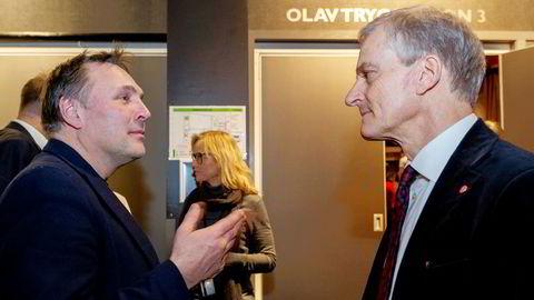 Tore O. Sandvik blir innstilt som kandidat til Aps sentralstyre. Her er han i samtale med Arbeiderpartiets leder Jonas Gahr Støre.