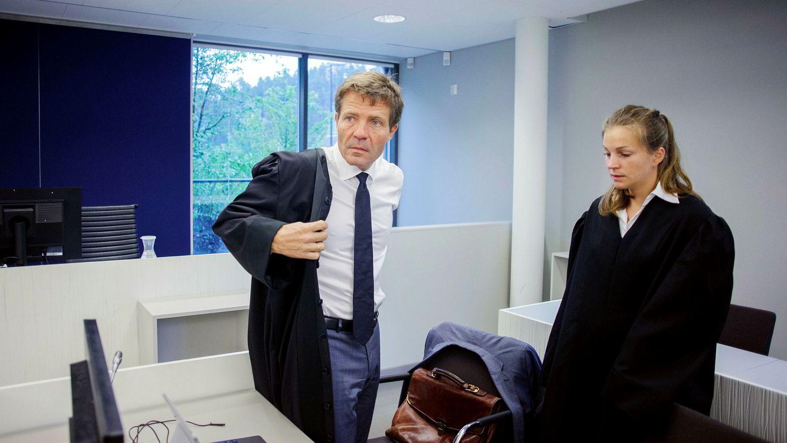 Advokat Christian B. Hjort forsvarte tidligere salgssjef i Kongsberg Gruppen, Dag Tore Sekkelsten. Her er han fotografert sammen med og advokatfullmektig Sara Hambro under behandlingen i Asker og Bærum tingrett.