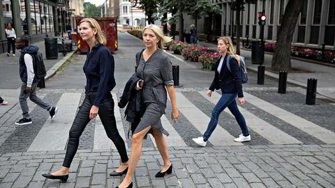 Stortingsrepresentant Marianne Marthinsen og LO-rådgiver Maria Walberg (til høyre) har skrevet boken «Rødt lys. Det store skatteranet og hvordan vi kan stoppe det.».
