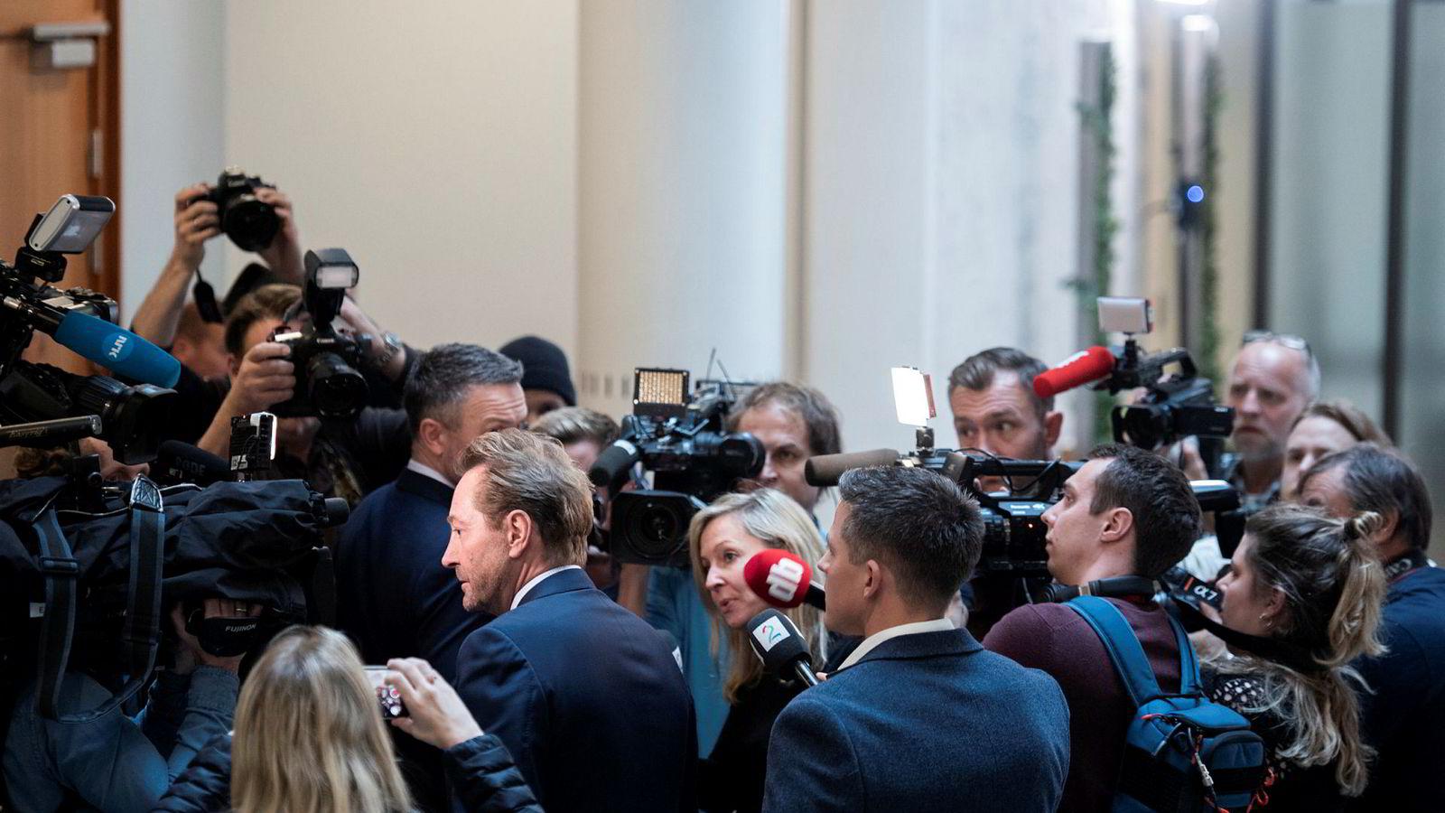 Røkke måtte dytte seg vei gjennom pressekorpset for å komme inn til rettssalen før han fikk startet sin forklaring.