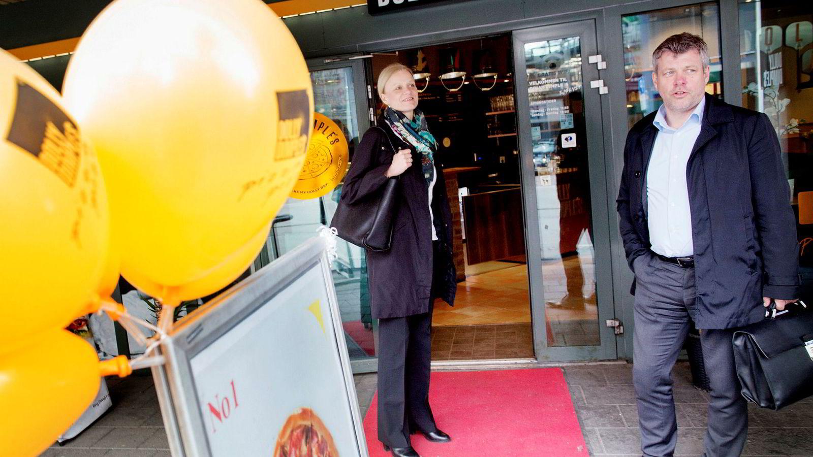 Fusjonsballongen sprakk for Dolly og Peppes. Her er toppsjefene i de to restaurantgrupperingene på tidspunktet da planene for pizzagiganten ble presentert - Marianne Ødegaard Ribe (fra venstre) i Norgesgruppen og Sverre Helno i Umoe restaurants.