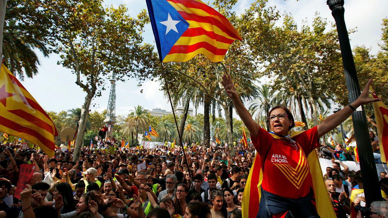 «Estelada», det katalanske flagget, vaier høyt under en demonstrasjon i Barcelona torsdag til støtte for løsrivelse.