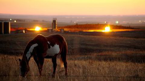 Brenningen av gass på Bakken-feltet i Nord-Dakota lyser opp i natten som en amerikansk millionby. Foto: Ørjan F. Ellingvåg