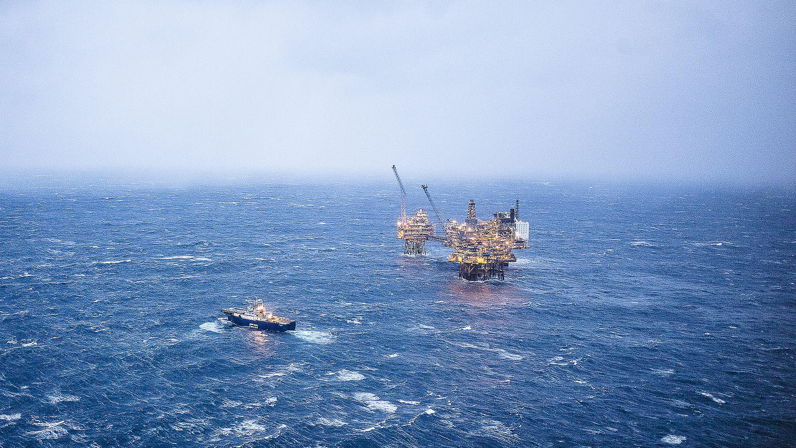 Oseberg feltsenter 25 år er oppgradert og Statoil forventer å produsere olje fra feltet i nye 25 år. Plattform - Oljeplattform -
