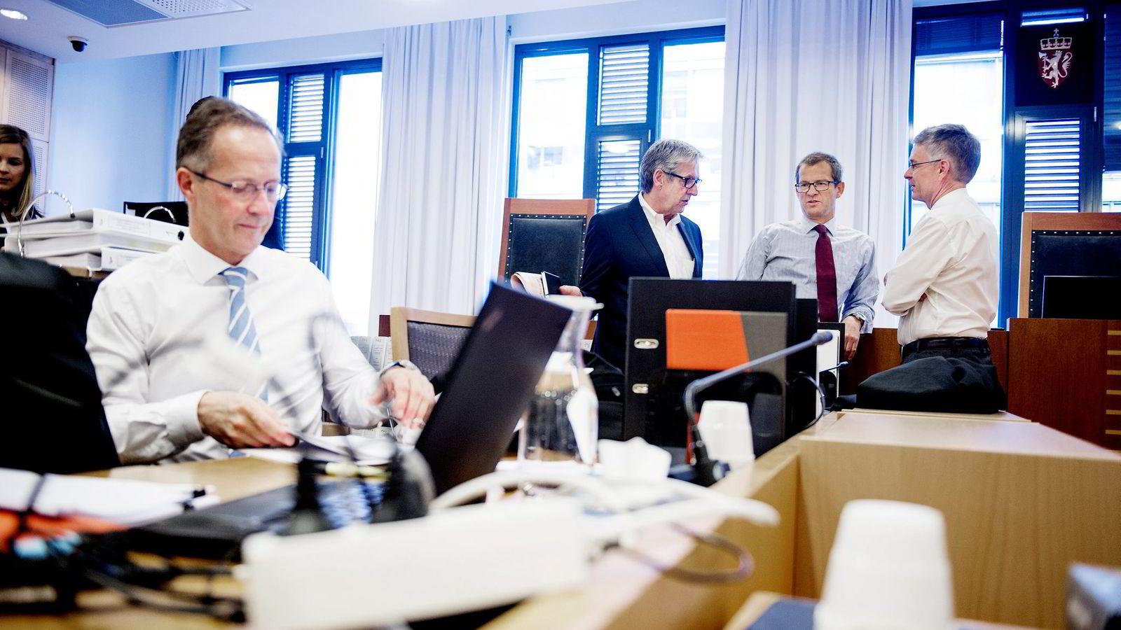 Første dag av rettssaken mellom fire eiere i Gassled mot staten i Oslo tingrett. Fra venstre Thomas Michelet, Tore Sandvold (styreleder i Njord), Jan B. Jansen og Christian Fredrik Michelet.
