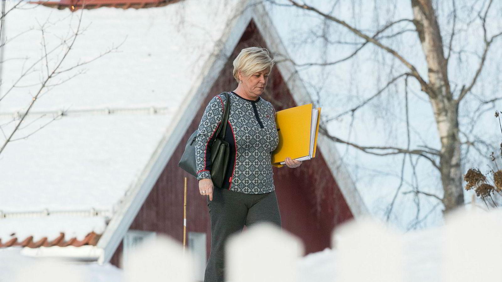 Frp leder Siv Jensen på vei til lunsj på Granavolden Gjæstgiveri under regjeringsforhandlingene i begynnelsen av januar