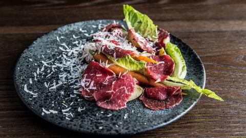 Bjørn Svenssons carpaccio-salat består av tynne skiver oksekjøtt og vårens friske grønnsaker. Foto: Camilla Jensen