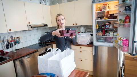 Gjennom prosjektet Tid leverer Tine middager og melkeprodukter helt inn i kjøleskapet. Her er tidsvert Kristine Ildjarnstad hjemme hos et eldre ektepar på Røa.