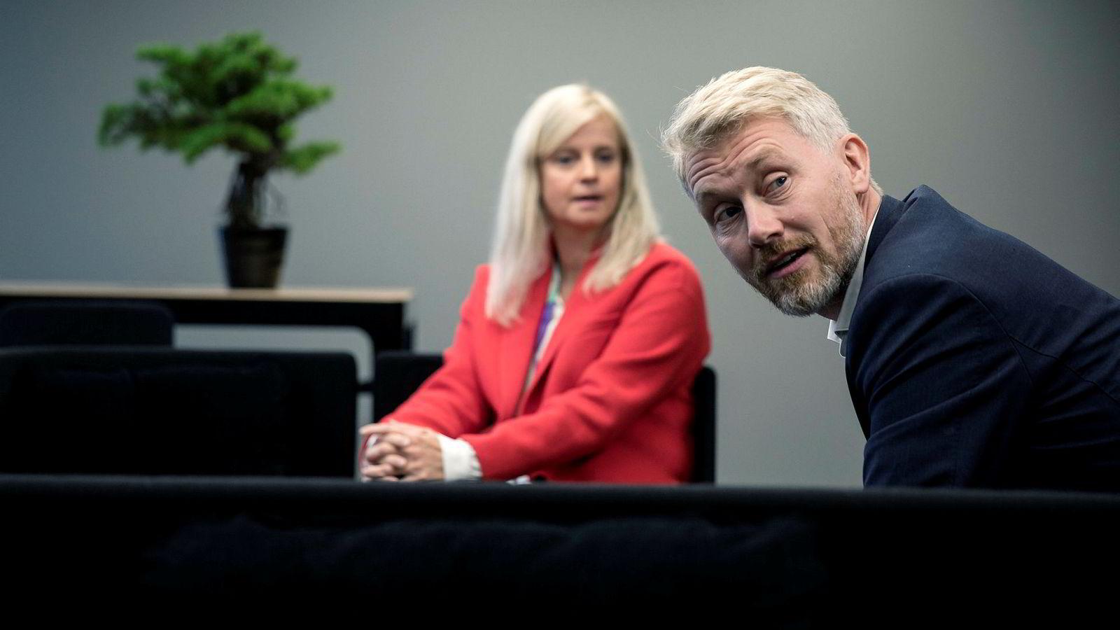 Nyhetsredaktør Karianne Solbrække og TV 2-sjef Olav Sandnes i TV 2 sine nye lokaler i Media City i Bergen.