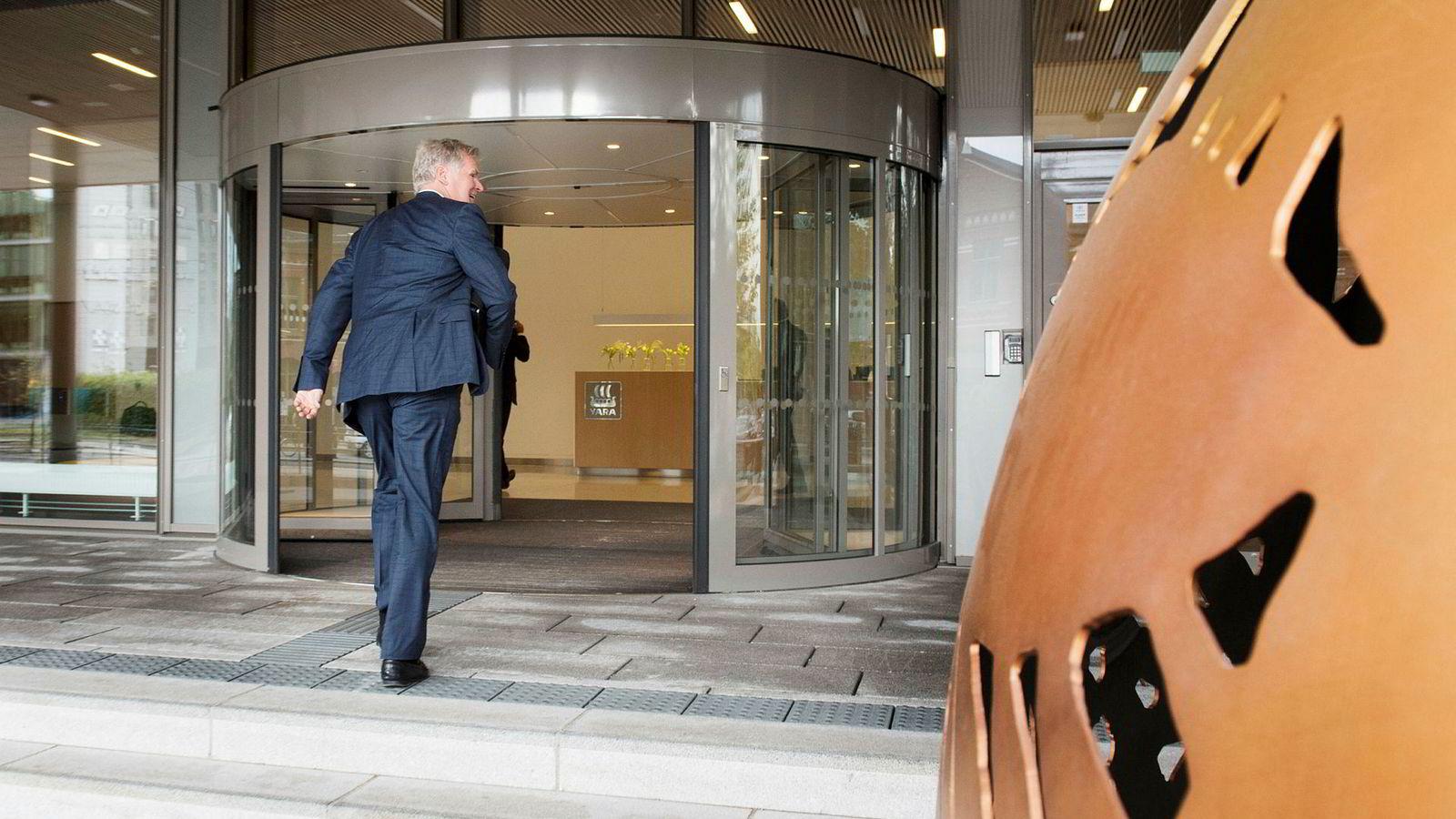 Tor Olav Trøim på vei inn i hovedkvarteret til Yara i fjor sommer.