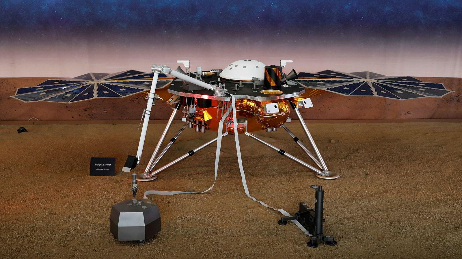 Slik ser en modell av romsonden som landet på mars mandag kveld norsk tid ut.