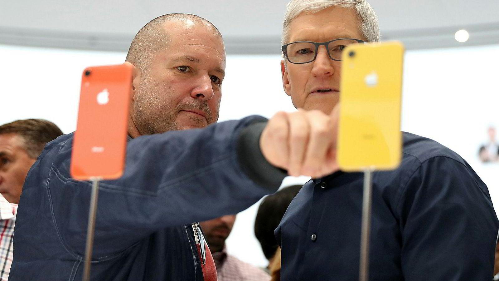 Apples sjefdesigner gjennom mange år, Jony (Jonathan) Ive (til venstre) slutter i selskapet. Her står han sammen med Apple-sjef Tim Cook.