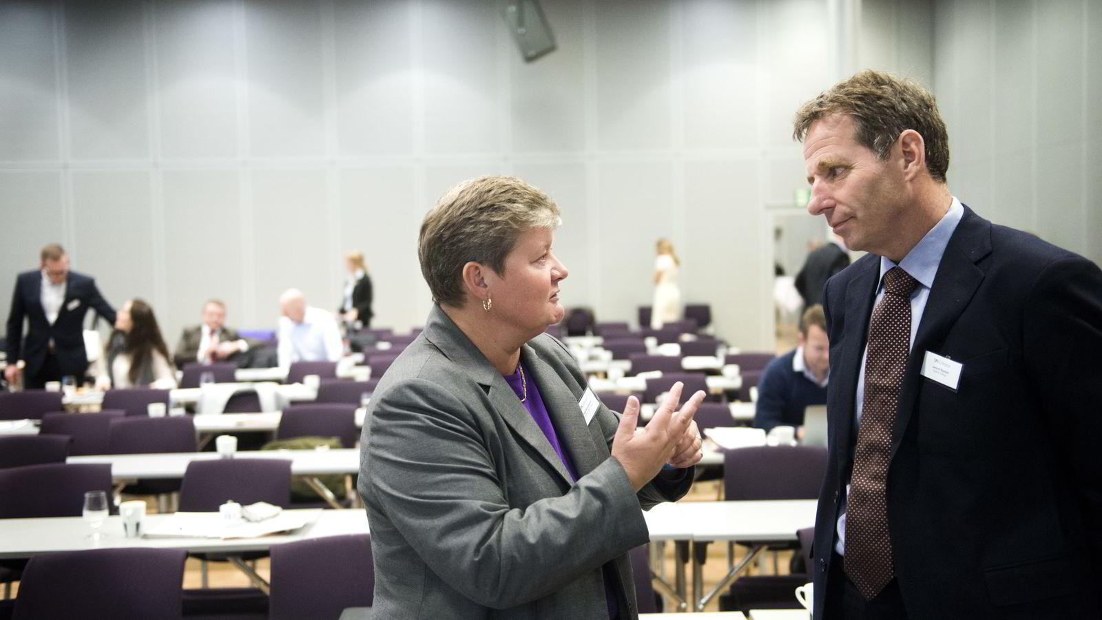 Teknologidirektør Hege Kverneland i National Oilwell Varco (t.v.),her i samtale med  Jarand Rystad, administrerende direktør i Rystad Engergy, på DNs energikonferanse på Ullevål Business Center, Oslo onsdag.