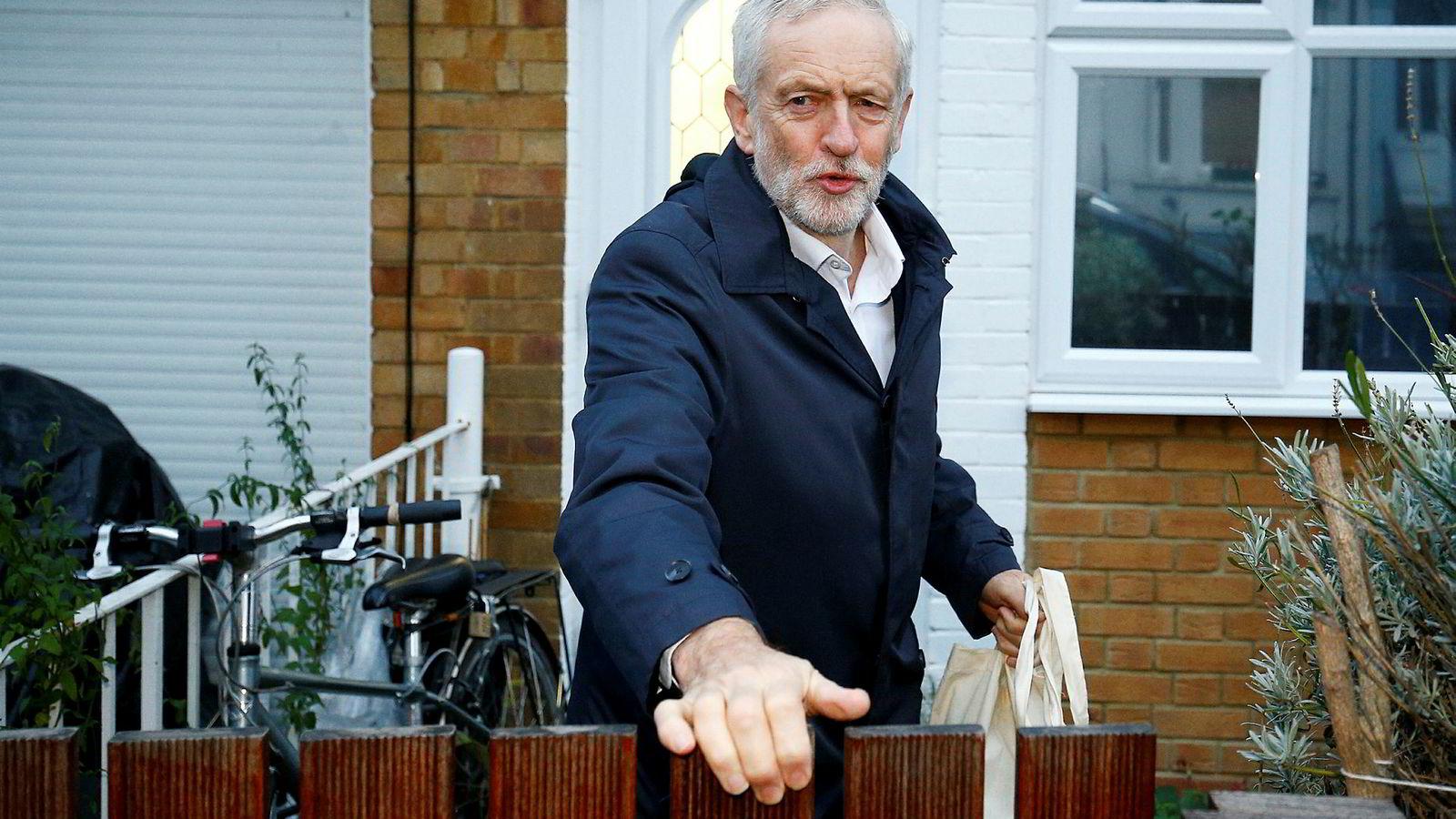 Labour-leder Jeremy Corbyn er både frustrert og irritert. Men han nekter for å ha kalt statsminister Theresa May «stupid woman».