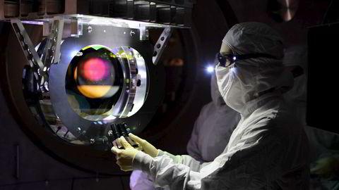 En tekniker på jobb i et observatorium for gravitasjonsbølger. Foto: Reuters / NTB scanpix