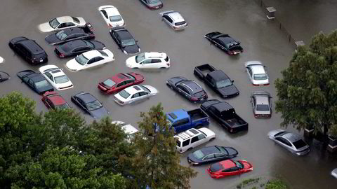 Eksperter anslår at mellom 500.000 og én million biler i Texas er ødelagt av ekstremværet Harvey.