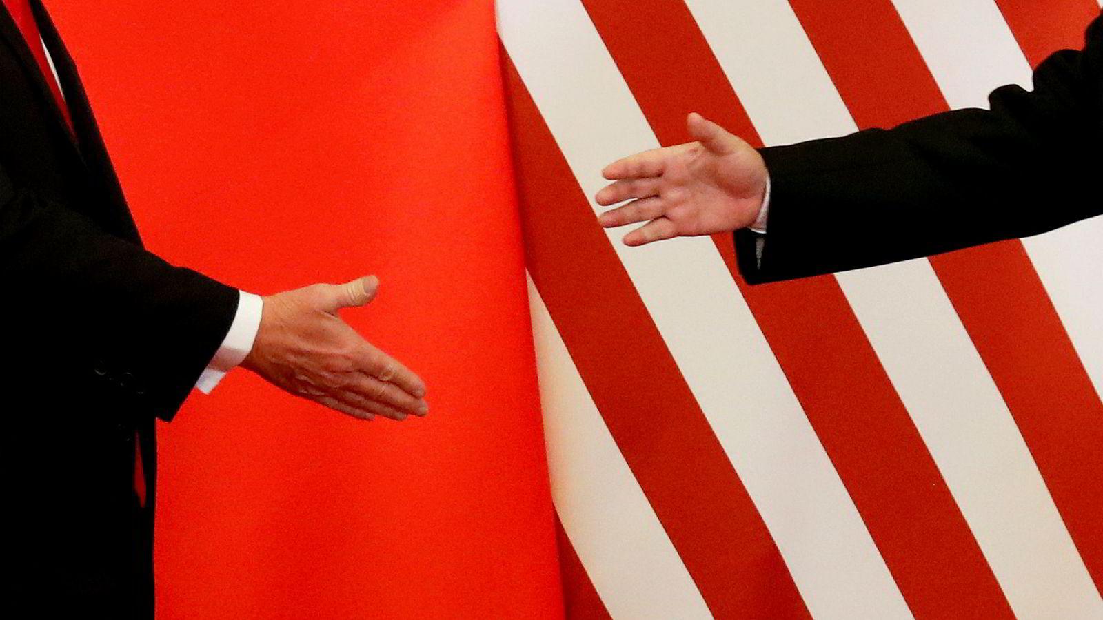 USAs president Donald Trump tror ikke på noen handelsavtale med Kina. På bildet hilser Trump på Kinas president Xi Jinping i Beijing i november ifjor.