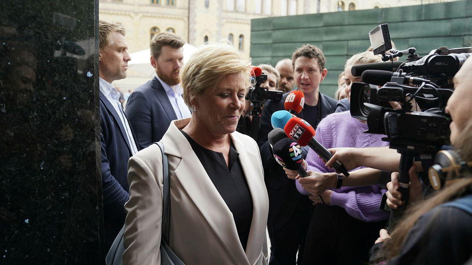 Fremskrittspartiets landsstyre samlet seg tirsdag på partikontoret for å diskutere bompengesaken. Her ankommer partileder Siv Jensen.