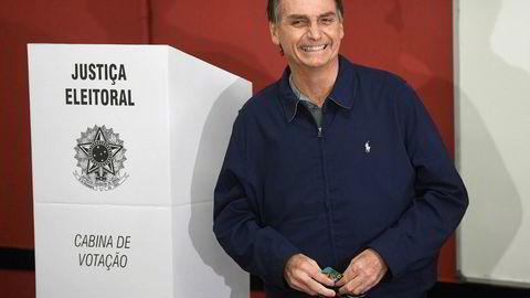 En smilende og selvsikker Jair Bolsonaro etter å ha avlagt sion stemme søndag.