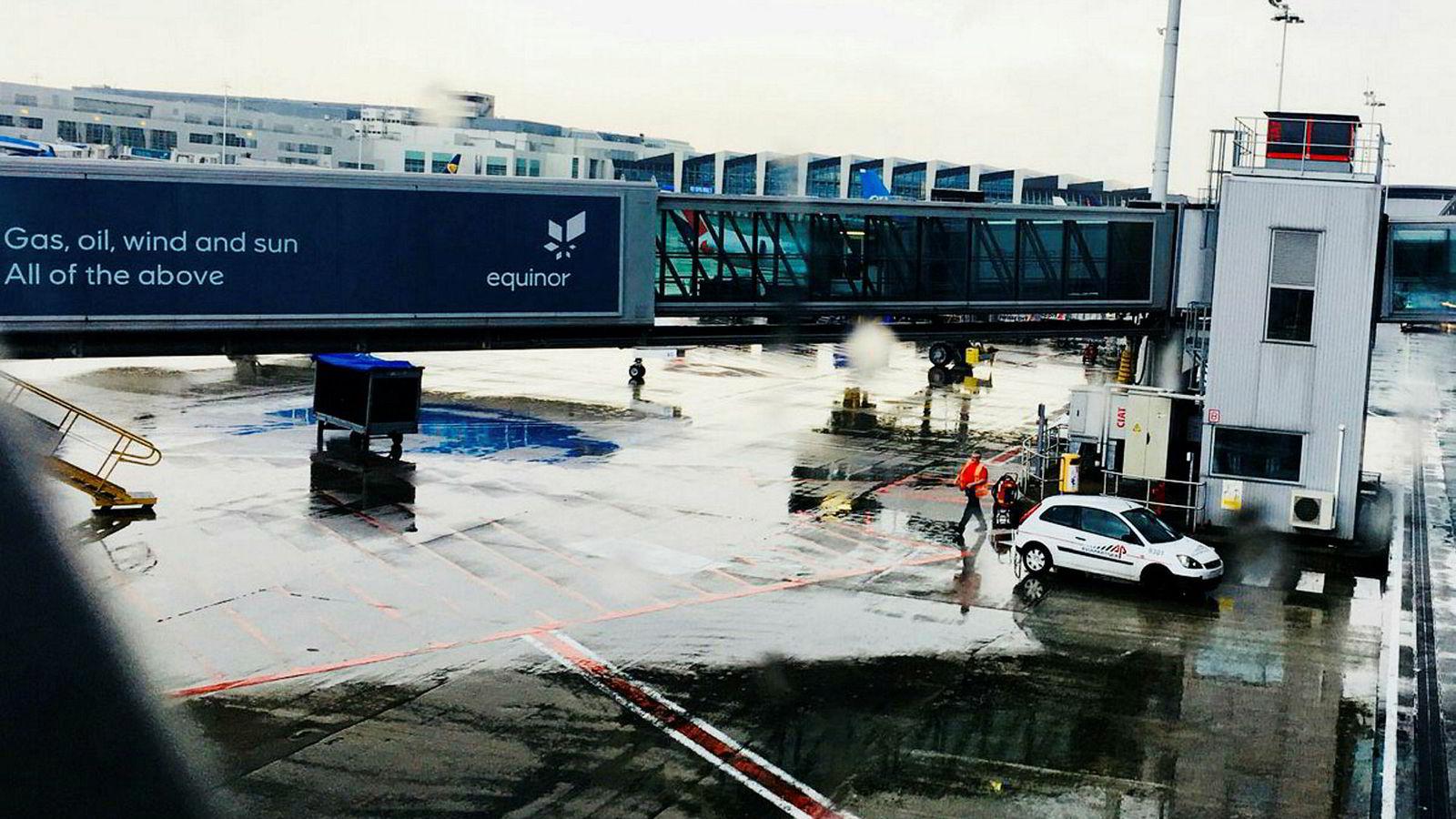 Equinor har i flere år tapetsert flyplassen i Brussel med kampanjer ikke minst for norsk gass. Dette bildet tok Norges daværende EU-ambassadør en regnfull maidag i fjor da Statoil hadde skiftet navn til Equinor.