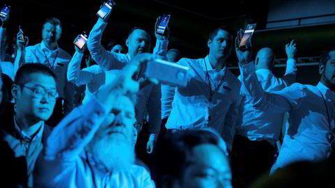 Samsung-ansatte med Galaxy S8-telefoner under lanseringen i New York 29. mars.